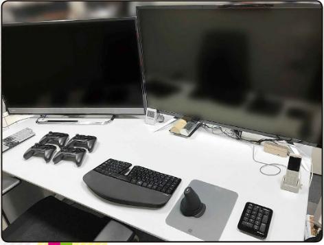 こちらの画像の、PCモニター(右)とテレビ(左)が何という機種なのか知りたいです! カービィやスマブラを作った桜井政博さんが使用しているそうです。 PCモニターの方は、43インチで、テレビの方は少し小さいようです。
