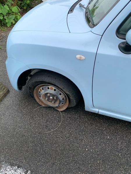 縁石に乗り上げてしまい、左タイヤが前後輪パンクしてしまいました。 どのくらいのスピードでぶつけたか記憶が無いです。 かなりの勢いでぶつけない限りこのようにはならないですか?