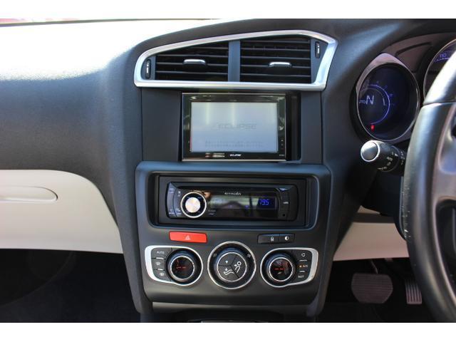 シトロエンC4(2012年式)のナビ取付について教えてください。 中古車を購入するのですが、画像のエクリプス製品のナビが不自然に付いてます。 バックカメラも付いてるそうです。 どうも純正オプションだったらしいのですが、どうにもいただけないのでソコソコのナビに買い替えようと考えてます。 しかし、画像を見る限りビミョーに小さいような? イマドキの2DIN?サイズのナビを取り付ける事は可能でしょうか? 最悪、最近見かけなくなったインダッシュの1DINを中古で探して~も考えてます。 中古車屋に聞いても、調べますと言ったっきりです。 みなさんどうされているのでしょうか? シトロエンに詳しい方、よろしくお願い致します。