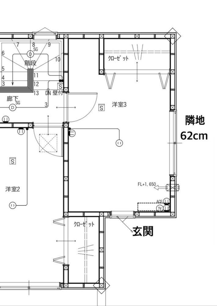 室外機の設置場所について 先日建売を購入して引っ越し準備を始めているのですが、室外機の設置場所について悩んでおり、意見を頂けないでしょうか。 条件 左右隣とも同じ建売で一斉販売 隣地との境界まではそれぞれ62cm | 家←62cm→|←62cm→隣家 | 境界はブロックの上に低い網状のフェンス 隣地との距離が狭いのでなるべく隣地に向けて室外機を置かないほうが良いのかと思うのですが、二階の玄関真上の一室だけどうやっておくべきか悩んでいます。 図面のエアコン設置予定の場所の下は玄関で置けず、かといって隣地側に向けるには狭いような気がします。 壁に這わせて玄関横まで持ってくるのが無難でしょうか。