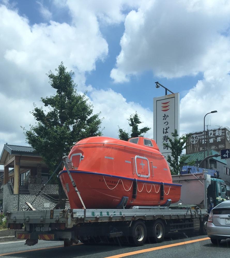 大阪で見ました。気仙沼市水産振興協会と書かれているように見えます。 船のような、これは何をする乗り物なのでしょうか。