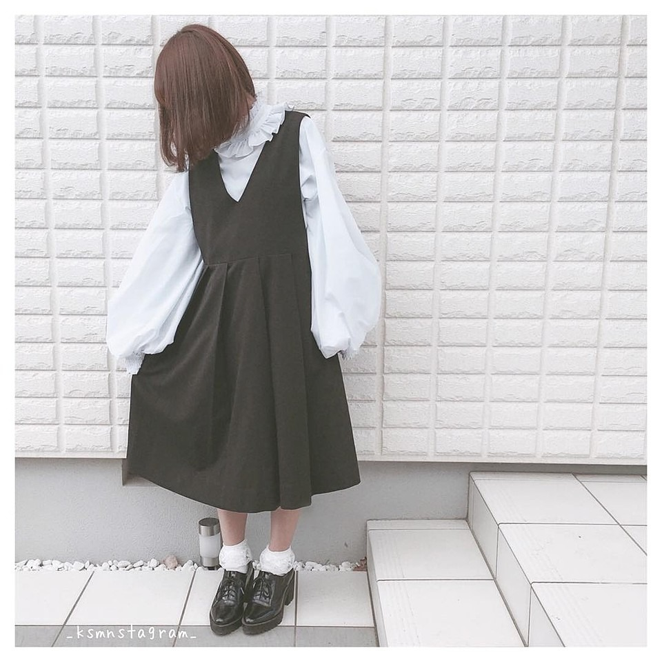 この画像のブラウスと同じ服が欲しいです。商品は見つからなくても似たようなものがあれば教えて欲しいです(_ _)