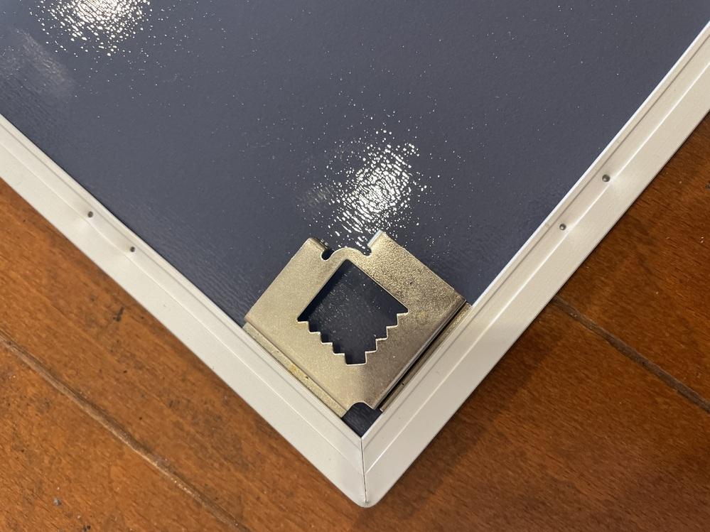 この形状の金具を石膏ボードの壁に取り付けたいと思いますが、どんな金具が向いていますか?
