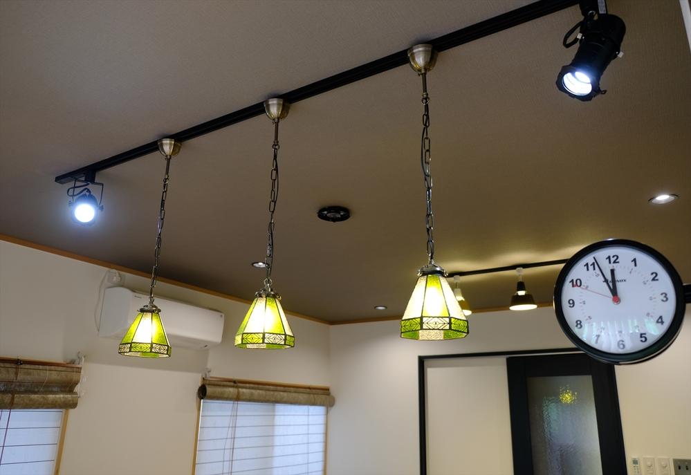 パナソニックダクトレール「DH0222EK 」これに現在、E-17 60W LED電球3個とE-17 40W LED電球を2つ付けています。 このレールに、あとどれくらいの電球が付けられるのでしょうか?例えば60W LED電球3つとか?宜しくご教示願います。