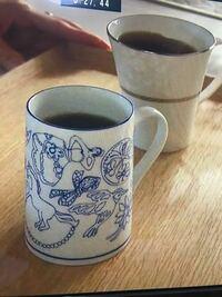 画像のマグカップのブランドを教えてください。 ドラマ『リコカツ 9話』で咲の家で 何回か使われていました。 鳥、花、女性、馬など手描き風でした。 よろしくお願いいたします。  小道具