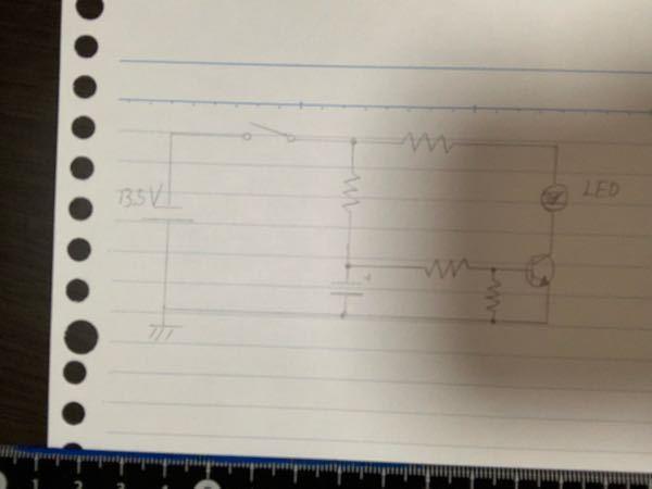 スイッチを入れて10秒後にLEDを点灯させる回路を作りたいのですが、画像のような回路で実現可能でしょうか?自分は以下のような動作になると考えています。 ①スイッチon後、抵抗Raを通してコンデン...