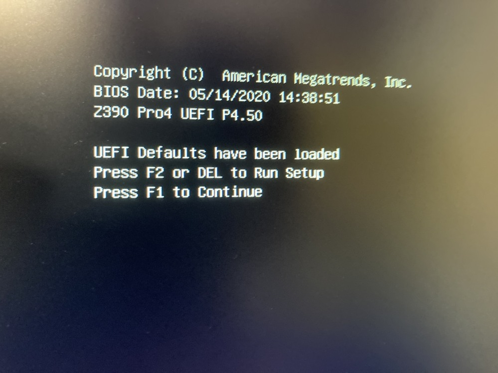 自作PC組み立て中です。BIOS起動のステップで詰まりました。 PC起動は出来て、ケースファンもCPUファンも回っているのですが、この画像のような画面が出て、キーボードでF2キーを押しても反応しません。F1キーも反応せず、この画面のままです。 ずっとキーボードが読み込まれず進展しません。これはどうしたら良いのでしょうか。