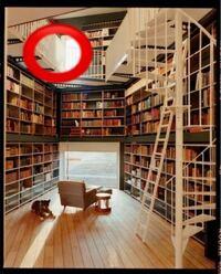 添付写真に赤マルをつけた内装は、なんという名前で表現すればいいですか? 壁面本棚に螺旋階段から続く、通路?踊り場?中二階?  横文字でも和名でも構いません。よろしくお願いします。