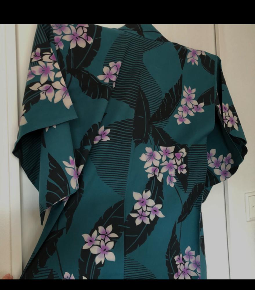 こちらの浴衣に帯を合わせたいのですが(半幅帯)、どのような色、模様が合うのか悩み中です。 アドバスをよろしくお願いします。 (着用は20歳です。)