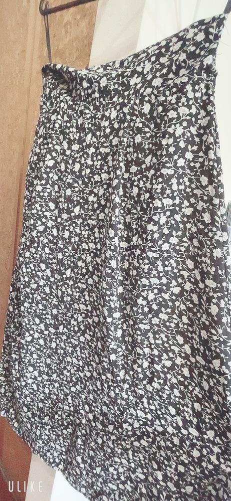 このロングスカートへんですか? 街中におデブがこのスカート履いてたらどう思いますか?! 感想で良きです