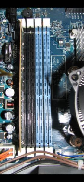 PCのメモリ増設について、機種はゲータウェイのsx2311-n42c/lでマザーボードがAcer DA061/078L-AM3 なんですがメモリを増設する際デュアルチャネル機能を有効化するためにスロットを確認したのですが写真のような色 分けなんですが 以前から所有していた別のすべてのパソコンの増設スロットは一つ飛ばしで色分けされてたのですがこれは隣合わせに色分けされてます、はじめて見ました これは色に従ってさせばデュアルを有効化できるのでしょうか?それとも一つとばし? どなたか詳しい方、知恵をお貸しくださいm(_ _)m