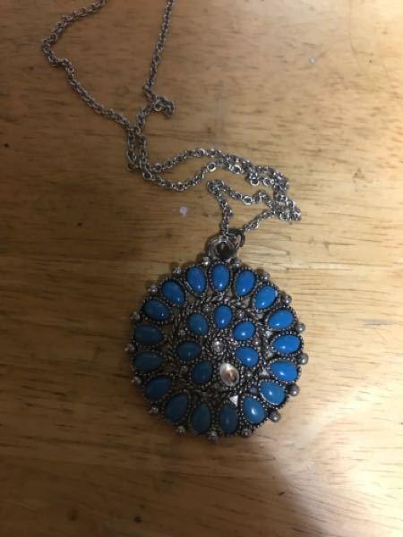 どなたか知恵をお貸しください。 これは、母から貰ったものです。 青色のビーズが欠けてしまってこれと同じもの または、似たものを購入したいのですが、 母に聞くとどこで買ったのか、また購入したのかどうかもわからないと言われました。 これを売っている、 似たものを扱っているところを知りませんか? それと、何か上手い具合に直せませんかね。