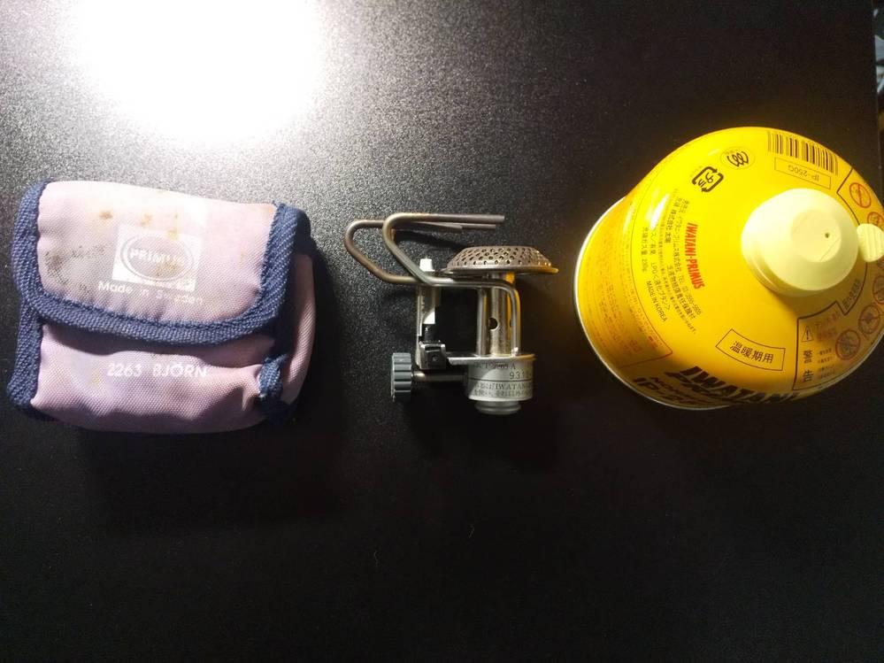 イワタニプリムスのシングルバーナーについて質問です イワタニプリムス 2263Aというシングルバーナーを持っているのですが、使ったことがなくせっかくの機会だ、使ってみようと「iwatani primus normal gas ip-250g」という黄色いガス缶を買って使おうと思ったんですが、結合部分のネジがはまらず使用できませんでした。 祖父からの譲りものなので時代的に型が合わないということでしょうか、ガス缶さえ変えれば今後も使えるのでしょうか? また、合うガス缶がもうないというのであれば中継器のようなものが販売されているのでしょうか? 解答お待ちしています。よろしくお願いします。