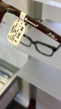 イギリスのメガネ屋さんで一目惚れしたけど買わなくて後悔しています。 このメガネの売っている通販サイトをご存知の方いましたら教えてください!