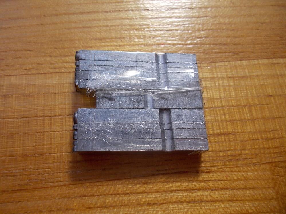 レザークラフトで革に刻印をしたいのですが、これ(画像参)を万力の様に挟んで押さえる、小さな押し機?の様なものは有りませんでしょうか? また、その名称も教えて頂けると助かります。お詳しい方、どうぞよろしくお願い致します。 10pt Stymie Light メタルスタンプ ミニチュア革工芸 ヌメ革 活字 刻印 アルファベット ハンドメイド