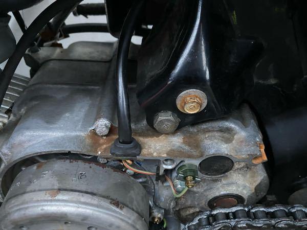 HONDAジャズに乗ってます。 エンジンとフレームをぶら下げて固定している辺りから、エンジンの重さで固定している穴の部分に亀裂が入ってオイル漏れしているんですが、エンジンをぶら下げて固定している仕様故に起きるJAZZの持病だそうです。 直しようがないのでこのままオイルを定期的に確認しながら乗り続けようと思うのですが危険ですか? あるいわエンジンをミニモトの125ccに載せ替えようと思うのですが、もし載せ替えた場合バイク屋で修理対応は受け付けられなくなりますか? 免許は原付一種のみです。