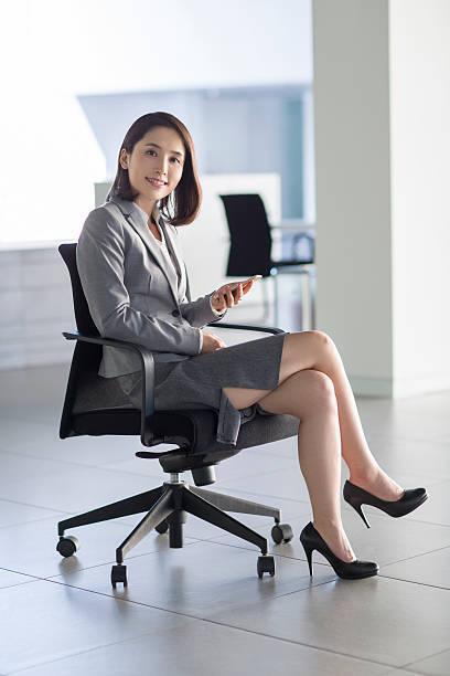このくらいのスカート丈でも脚を組む人に質問ですが、 テーブルや机など足元が隠れている状況限定でするものですか? それ以外の時でも組むことがありますか?