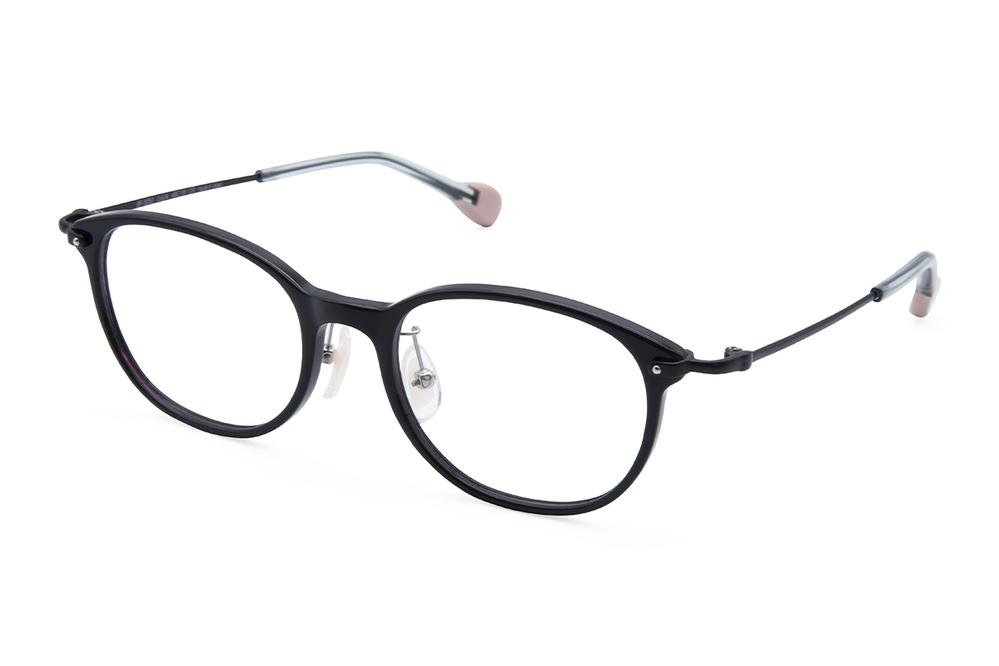 今更ウェリントンの黒縁メガネは古臭いですか? 最初からウェリントンや黒縁で探していたわけではなく、たまたま自分と店員さん(欧米人男性)の意見が一致したのがこのメガネでした。 パーソナルカラーはわかりませんが、ややピンクがかった色白で、どちらかと言えば面長だと思います。 <DESCRIPTION> メンズライクなウェリントン型を華奢で甲丸な女性らしいラインで仕上げました。 智元を留める小さな鋲も目尻のアクセントに。 ブルーベースの色白さんに映えるC/04ウィンタースモークは、肌にのせるとなじむ優しいチャコールブラックをベースに、ビビットなピンクのササを練りこんだ新色です。 https://bcpc-eyewear.com/products/bp-3252-4/