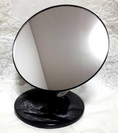 百均で自分の顔が正確にわかる鏡はありますか? 意味としてはお店のトイレや、服屋の鏡とかって照明の関係もありますが自分の顔が違うふうに見えるので、百均で歪みの無い鏡を買って自分の顔がどういうふうに見えてるのか人気のない所で確認したくて・・・ 画像の鏡は持ってますが、立てて観ると面長に見えて、横にすると縦幅が縮みます。。