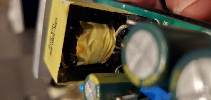 電子部品についてです。 ledがつかなくなり、素人でも直せそうなら…と思いコンバーターをばらし、基盤をみた所このトランス?から液だれのようなものが見受けられました。 テスターでのチェックはしてませんがこれが原因でしょうか? またこれが原因でない可能性があるならばテスターを買ってみようかとおもいます。 よろしくお願い致します。