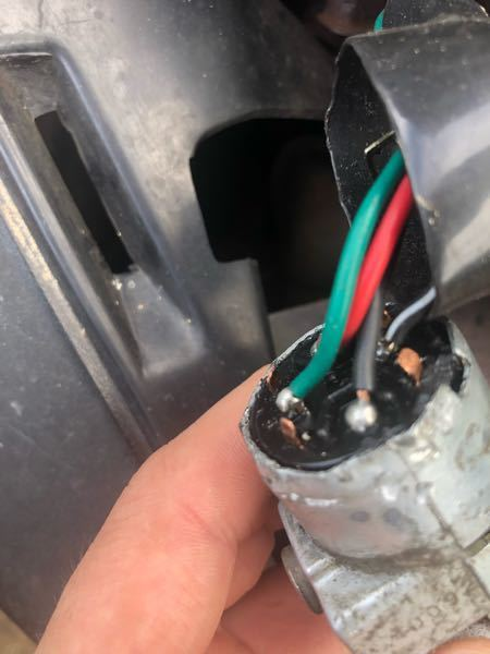 af27についての質問です キーシリンダーなのですが、オンにすると赤と黒が 電気が流れ、キックまたはセルをしたら、赤と黒が 流れます 緑と黒白は一切電気が流れません 正常なのでしょうか?