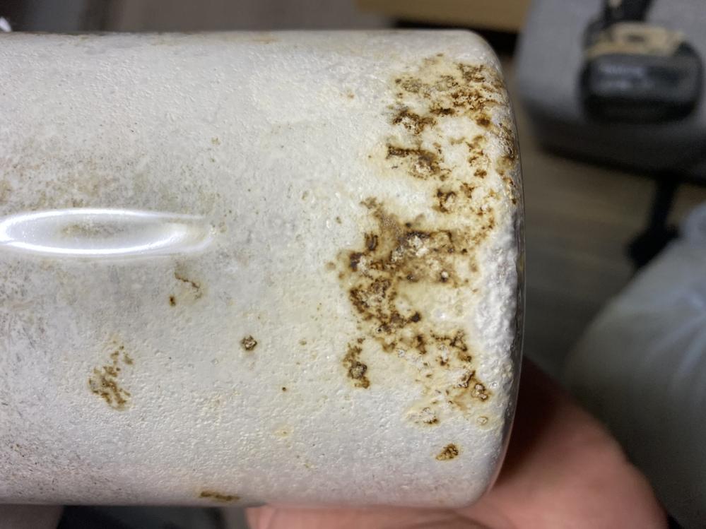 菌糸瓶 クワガタ 菌糸瓶に焦げみたいな劣化みたいな なんなのかわからないのですが これってまずいものなのでしょうか? 使えるのか使えないのか 教えていただきたいです 何でこうなるかもわからな...