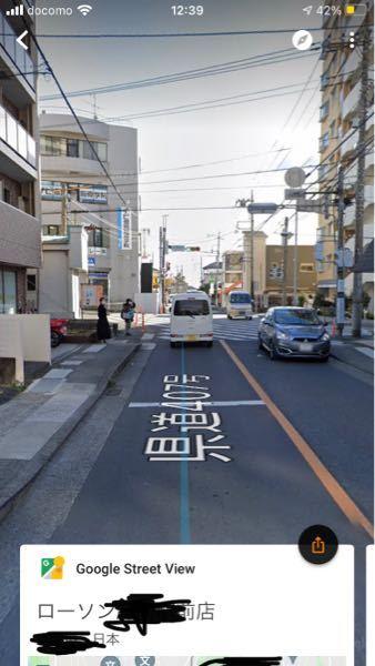 初心者ドライバーの者です。下の写真にある駅前のスクランブル交差点の左折について質問があります。このスクランブル交差点は、写真右奥から左手前側の斜め横断を行う歩行者が圧倒的に多いです。 左折先に踏切があるのですが、駅前である事もあって、通勤時間などは混むのです(地元なので交通事情は分かります)。ここで質問です。踏切に引っかかって渋滞した車の列が横断歩道のすぐ奥まで来ていた時についてです。 1.左折したい自車は横断歩道手前で停まって待つべきでしょうか? 2.それとも横断歩道に入って歩行者の進路を塞いで待つべきでしょうか? 車の免許をとる前に歩行者として通行していた時、同じ様な状況があり、左折車が横断歩道を塞いでいて歩行者が通るのに不便を感じていた事もあり、車が横断歩道を塞ぐのは良くないと思っていましたが、最近免許をとって、もし横断歩道に入らなければ後方の直進車や右折車の邪魔になってしまう事に気付きました(進行方向別のレーンがないため)。 長文失礼しました。