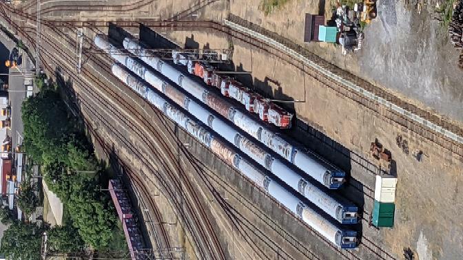 秋田港にあるとたるタワーから秋田臨海鉄道の操車場(?)が見えました。 その中に古びた客車がたくさんあったので、気になり写真に収めました。これは何なのでしょうか? 使用されてた列車名や時期が分かる方教えて下さい!