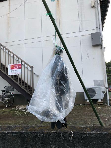 いまさっき近所のゴミ捨て場に行ったらカラスが吊るされてました…明らかに本物でした。 これってなんかやばいですよね。警察に通報したらとってくれますか?