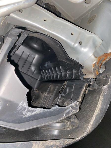 トヨタハイエースに乗ってます。 エアクリーナーボックスが破損してました。この状態で走り続けるのは良くないでしょうか?応急処置で何かできる事がありましたら教えてください。よろしくお願いします。