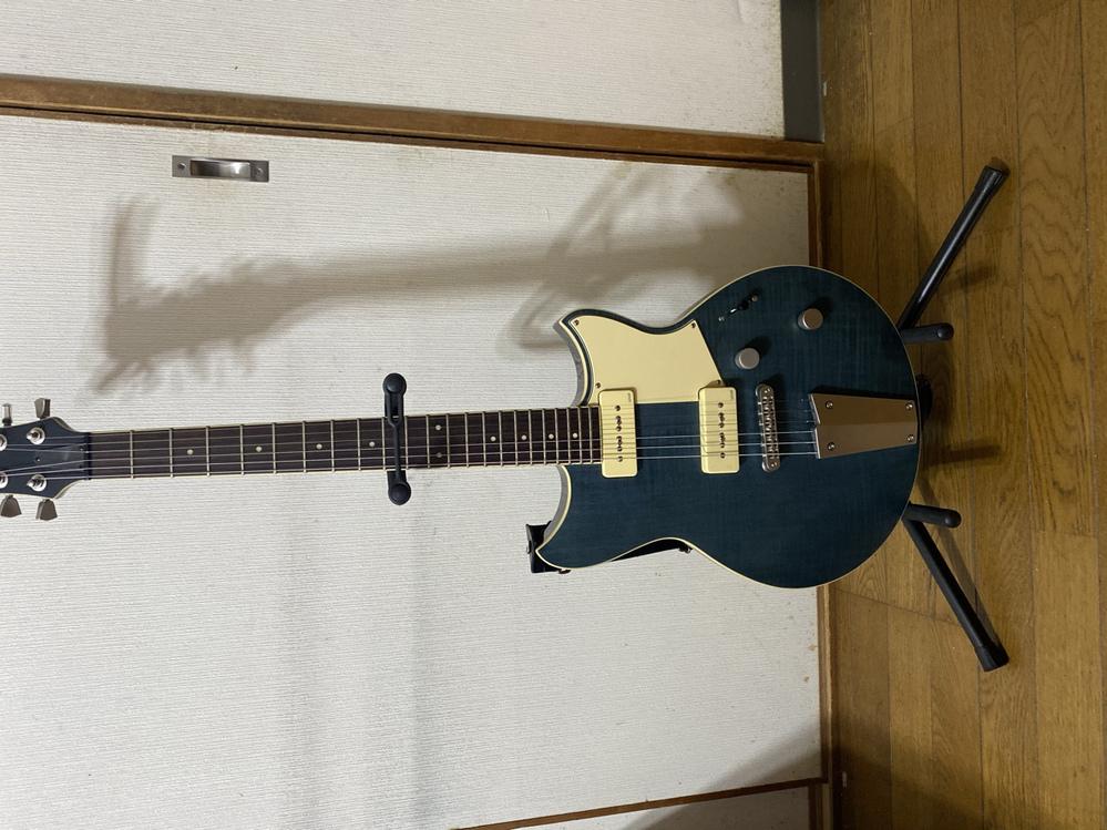 このギターの弦交換の方法わかる方いますか? 下の部分が特殊で、初心者でよく分からないので、教えて欲しいです。