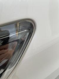 現在トヨタ20ヴェルファイア070ホワイトパールに乗っていますが、この年式に多いと有名な塗装剥がれが起き、 ディーラーで無料塗装してもらいました。 塗ってもらった箇所の中に助手席側前のウォーターパネル?も塗り直してもらったんですが、ヘッドライトの枠のところが塗り直す前とほぼ変わっていません。(塗ったような形跡はあり) これはディーラーに再度連絡してやり直させた方が良いですか?それとも写真...