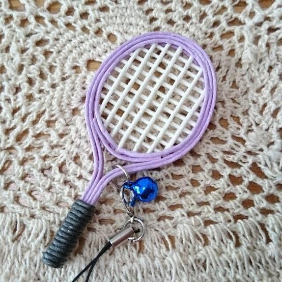 急ぎです! 部活の先輩へのプレゼントで、テニスラケットのストラップを作るのですが、 この写真のストラップの作り方を教えていただきたいです。 なるべく詳しくお願いします。