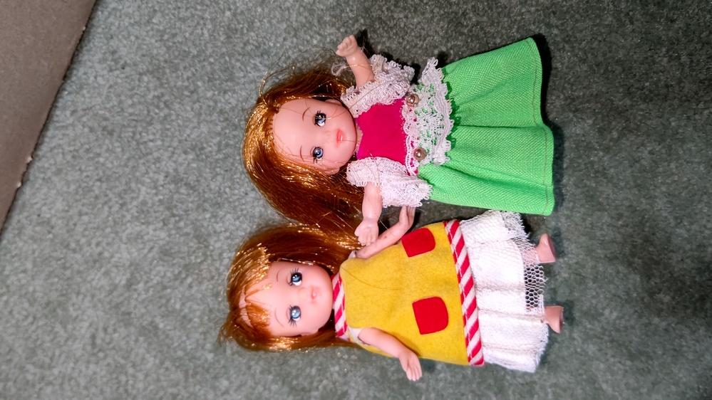この画像の人形は誰か教えてください。 リカちゃん関係です。 妹は双子らしいですがこちらは二人は背丈も違います。多分ニューリカちゃんの時代だと思うのですが。