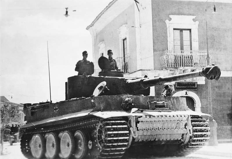 旋回式の砲塔のある戦車でも砲塔を止めた状態で多少は砲を左右に振れるのでしょうか? できるとしたらやはり左右2~3度程度ですか?