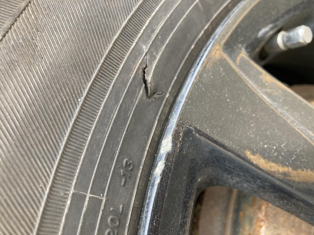 先程、車に乗ろうとしたら左後ろのタイヤがえぐれていました。 これは危険ですよね…