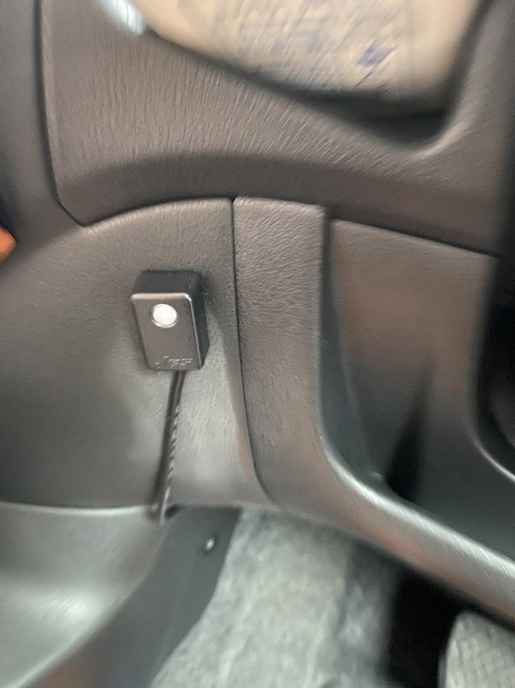 車のハンドルの左下にあるこのボタンは何のボタンですか? 中古車を買いました。取説を見てもこのボタンがなんなのか説明が無く分かりません。 押せば何が起こるというわけでもなく、ただ赤く点灯します。 車種は日産ノートe-POWERです。 分かる方いらっしゃったら教えてください。