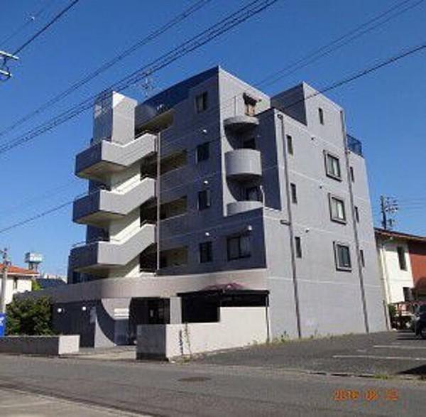 賃貸マンション(アパート)【修繕費用140万以上請求されている】 愛知県名古屋市の賃貸アパート(ペット可物件) 築年数:1994年10月 間取り3LDK 入居年数:5年8ヶ月 猫を飼っていた 2021年2月に退去しました。 高額請求されるのが不安で、敷金相談センターの方に 立ち合いをしてもらいました。 猫の糞尿のシミやタバコのヤニ、猫の壁紙の傷など 汚損箇所がひどい為、管理会社の下請けの工事業者が 退去立ち合いの見積もりを行いましたが 後日郵送で請求書を送るとの事でした。 3月に入り管理会社(名が知れない管理会社)が 修繕費用、142万1,970円を請求してきました。 国土交通省のガイドラインを参考に高すぎると 書面で送り減額を求めました。 6月になり東京の法律事務所から、支払い通知書が 届きました。 敷金を差し引いて、134万8,001円を全額払えとの 内容でした。 分割も可能だが1年以内に全額払えとの事でした。 収入も全くなく支払いに日々追われている為 134万8,001円を1年以内に払うことは困難です。 消費者センターに相談しました。 法テラスをすすめられましたが 法テラスの弁護士費用も分割で払い、 管理会社が依頼した法律事務所に134万以上の分割金を 支払う能力もありません。 ネットで弁護士の電話無料相談に10件以上かけましたが 「負ける」と言われたのが多数でした。 更に着手金20万円を一括で支払わなければならないと言われ 着手金一括も困難な状態です。 ペットによる汚損は全額借主負担と契約書に書いてあります。 でも今まで何回か引っ越ししましたが ペットの汚損でも修繕費用が40万前後の請求で 今回みたいな140万を超える請求されたのは初めてで 本当に困っています。 管理会社が法律事務所を使い支払い催促されたので 当方、弁護士を雇う金銭もない為 (分割も非常に困難) 逆に裁判所に訴えてもらった方が話が早いのかなと 考えています。 もし訴えられた際、当方に原状回復の国土交通省のガイドラインの 知識がほぼない状態で法律にも知識が全くない状態で 弁護士を使わない方法で 減額交渉は出来るものなのでしょうか? 当方の要望は、修繕費用は分割(少額)で 140万は大きすぎるので50万位に減額を望んでいます。 しかも140万以上を1年で返すのは困難な為 50万円位を分割で4万~5万で交渉したいのですが 出来るのでしょうか? 請求書には細かく、●●代=●●円 と全て記載されています。 どなたかアドバイスして頂きたいです。 宜しくお願い申し上げます。 ちなみに私は精神障がい者で 夫は手取り20万以下で 支払いが毎月20万以上あり、旦那もクレジットの 借金があります。 私は現状、あと6か月ほどブラックリスト者です。