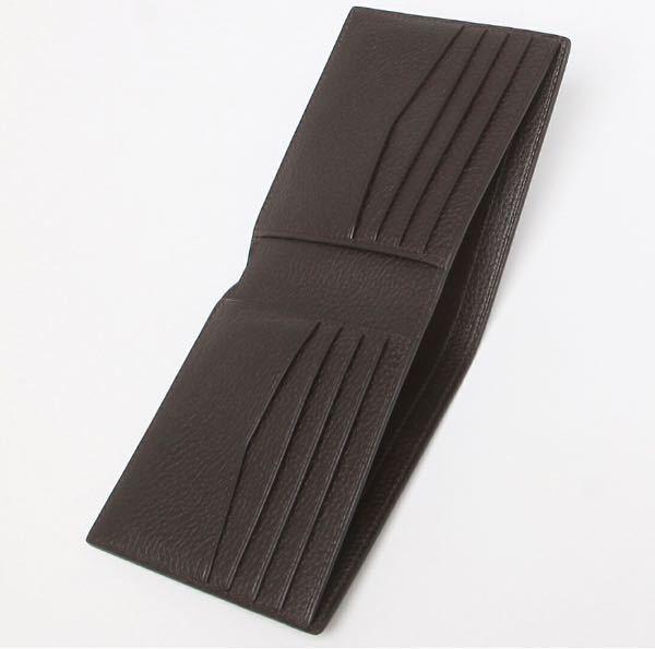 ダンヒルの財布について質問です。 この二つ折りの財布の内側にダンヒルの文字の刻印が見えないのですが、刻印がない財布もありますか? 他のダンヒルの財布には刻印があったのですが、この財布だけ見当たらず… 偽物ですかね?