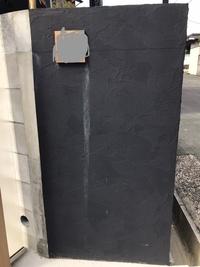 門柱の雨だれを消したい。 新築に引っ越して5ヶ月ですが、引っ越し後1ヶ月も経たないうちから写真のような状態になっています。表札は木製です。 門柱というよりは土留めコンクリートブロックにジョリパットを塗った状態です。  そのうち塗り直せば良いかもしれないですが、紺に白い雨だれで遠くからみてもかなり目立ちます。  この雨だれを消す方法はないでしょうか?