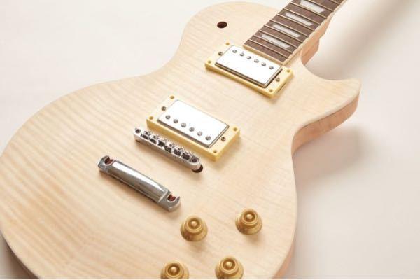 ギターを作ろうと考えているDYI未経験者の者です。ちょっと変わったギターが欲しくなったので、DYIギター専門店という通販サイトでレスポールタイプのギターを購入し、ボディに絵を書いてメーカーのギターっぽくツヤ のある感じに仕上げたいと考えているのですが、絵は背景色が背景色が黒で日本画の絵をデザインしようと考えています。 そこで質問なんですが、様々な動画やサイトを見た結果、工程は ①本体、ネックに木工用プライマーを吹き付ける ②サンディングシーラーを塗る ③下地にホワイトプライマーを吹きかける ④鉛筆で下書き ⑤油性マジックでなぞる(描きやすくするため) ⑥アクリル絵の具で着彩 ⑦背景色(黒)をプラモ用水性塗料で塗る ⑧ラッカースプレーのクリアを塗る ⑨800番、1000番、1500番で水研ぎ ⑩組み立て、配線 という流れで作ろうと考えているのですが、大丈夫そうでしょうか? 注意点やアドバイス等あればよろしくお願いします。