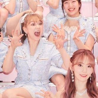 宮脇咲良さんの卒業コンサートの集合写真で、 前から2番目の真ん中で変顔している方はどういう方な...
