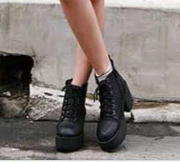 これはブーツですか? 正式名称知りたいです(><) 夏も履けますか?