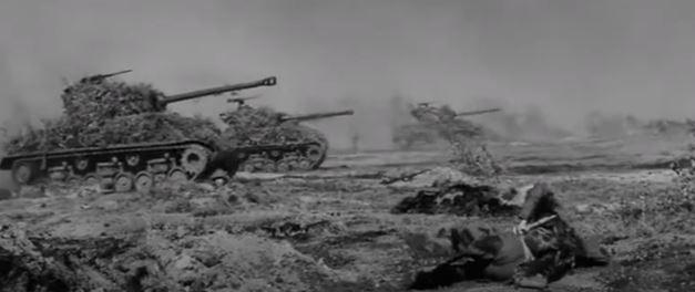 戦時広報フィルムと思うんですが、転輪の配置からM4シャーマンと、本土守備の日本兵が戦闘しているようです。 史実としては、米軍は沖縄以外では陸上戦闘はしていないことになっていますが、実際は違ったと...