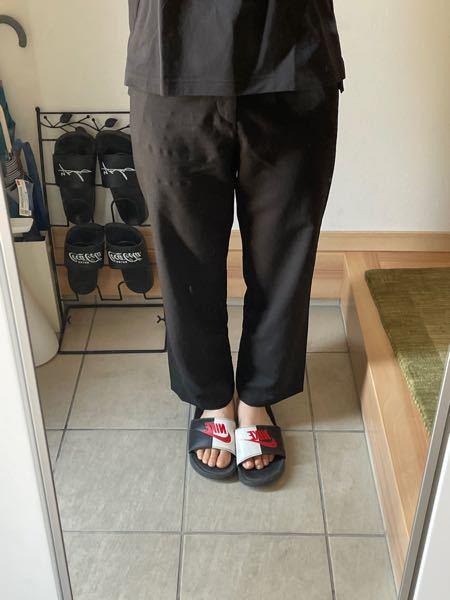 ゆず庵でアルバイトを始めるのですが、バイトで履くズボンの指定があって、黒ズボンで細身のものです。 自分が今持っているズボンの形がストレートなのですが、このズボンはダメでしょうか?
