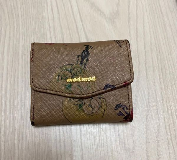 この財布はどこのブランドか わかりますか?? メルカリで購入しようと思うのですが サマンサベガと記載がありましたが ロゴが読めずにわかりません(´・_・`) ロゴはなんて書いてあるのでしょうか?