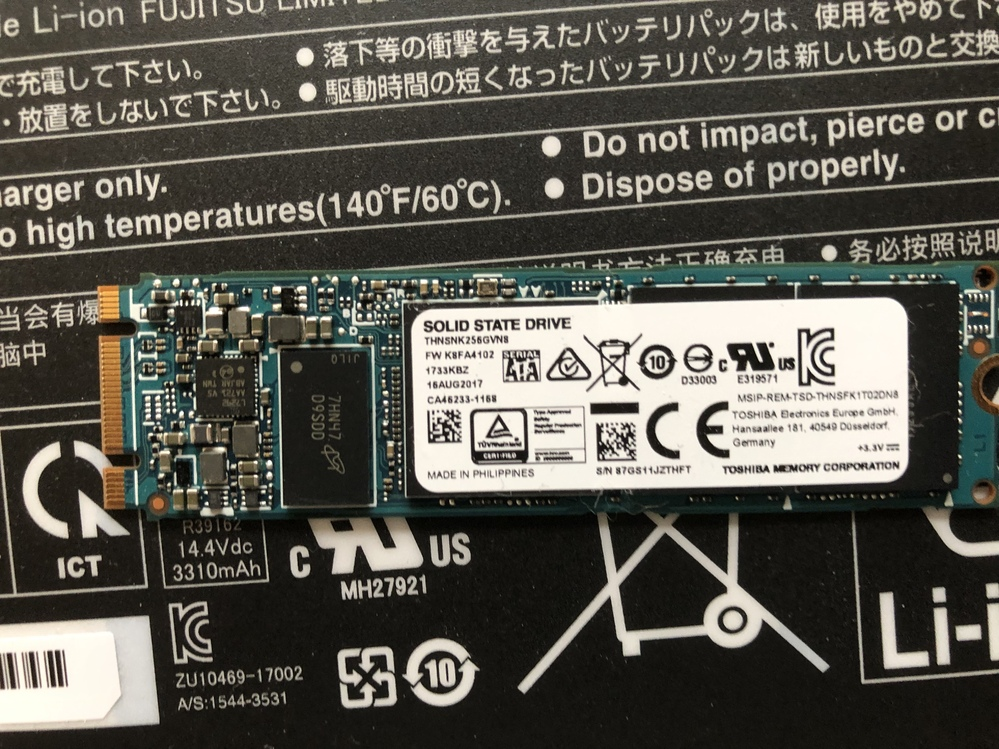 こんばんは 使っていたノートPCの容量不足のため、内蔵SSDの換装を行おうと、SSDとケースをAmazonで購入しました。 ケースの取扱説明書の通りにSSDを入れていくと、ケースのコネクタの部分に微妙にハマらず、壊れない程度に力を入れて挿しにいけばいいものか、はたまたサイズが違うのではないか、と困っています。 何分換装自体やるのが初めてで、事前に調べた限りでは合っている物同士を頼んだはずだが、万一合わないサイズだった場合を想定して、この質問をさせていただきました。 さらに、データを移せたとして、SSDがノートパソコン本体に挿せるかどうかも確認していただけると幸いです。 ↓購入したケース UGREEN M.2 SATA/NGFF SSD 外付けケース (B-Key・M+B Key) 対応 USB A-USB C 3.1 5Gbps 工具不要 アルミ材質 2TB容量 https://www.amazon.co.jp/dp/B08DNPXY82/ref=cm_sw_r_cp_api_glt_i_Y7T0Y5EKYAJVZVM90WAQ?_encoding=UTF8&psc=1 ↓購入したSSD Western Digital ウエスタンデジタル 内蔵SSD 1TB WD Blue PC M.2-2280 SATA WDS100T2B0B-EC 【国内正規代理店品】 https://www.amazon.co.jp/dp/B07SL4S84C/ref=cm_sw_r_cp_api_glt_i_GB02KSHCFVEB2SFP1R8C?_encoding=UTF8&psc=1 ↓元々ノートパソコンに入っていたSSD 型番THNSNK256GVN8(画像を添付) よろしくお願いします。
