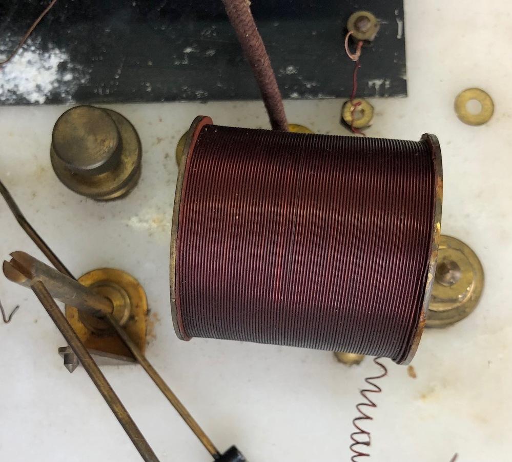 昔の電気時計に使われているコイルですが、テスターで抵抗を測ると1kΩ~2kΩくらいですが、電気が通りません。 コイル前まで電圧がありますが、コイルを通すと1.5v乾電池で電圧がほとんど0です(わずかにテスターの針が動くぐらい)。 これはコイルが切れているのでしょうか?それとも電池の電圧が弱い(9v位必要?)のでしょうか。コイルの大きさ(長さ)4.5cmです。 一応調べたところでは1.5vで時計は動くようですが、確実ではありません。 コイルに発生する磁力を使って金属の振り子を左右に揺らし、時計を動かす仕組みです。 電気知識は素人です。よろしくお願いします。