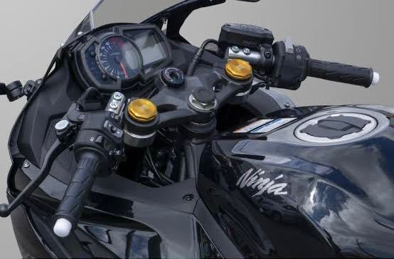 バイクの部品名所を知りたいのですが画像の金色の部品の名称は何というのでしょうか?教えていただきたいです。 バイクはkawasaki ZX25R(STD)