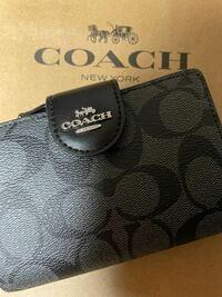 このコーチの財布は本物ですか? 偽物が出回っていると聞いて怖いです